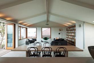 Il living al piano superiore si affaccia sulla baia e grazie alle ampie aperture gode di una splendida illuminazione naturale