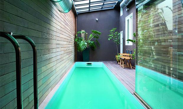 La piscina rettangolare ricavata nel prolungamento del corridoio d'ingresso è collegata al living attraverso ampie portefinestre; le sue dimensioni sono metri 12x1