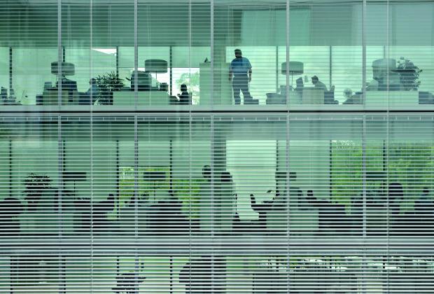 """Illuminazione generale by Erco.  Postazioni di lavoro """"FOG office 242"""""""