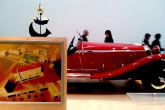 Dai quadri alle automobili: uno scorcio della mostra curata da Alessandro Mendini e allestita da Pierre Charpin
