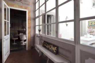 La casa di Sabrina Bignami presenta una particolare pianta a U che permette di sfruttare lo spazio all'aperto come se fosse una stanza in più