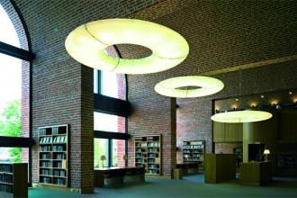 La biblioteca comunale un grande ambiente affacciato sul giardino