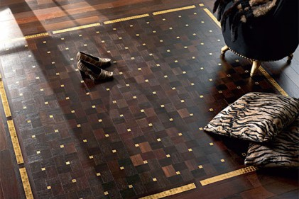 Include tessere di ceramica color oro il pavimento di Parquet In