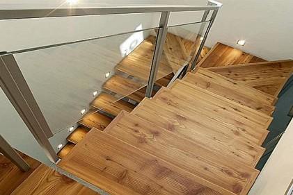 Adatto per le scale il parquet in larice con tonalità golden di Antico È