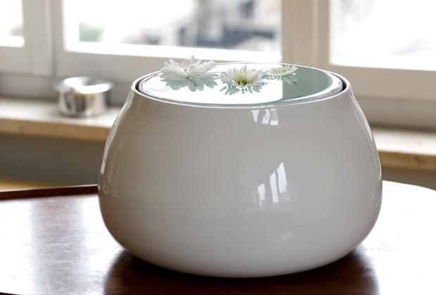 Pluvio è un vaso che esalta la bellezza della superficie dell'acqua. Al suo interno una sottile intercapedine evita all'acqua di strabordare. La Paruccini lo ha realizzato nel 2010 per la IV Biennale di Ceramica nell'Arte di Albisola