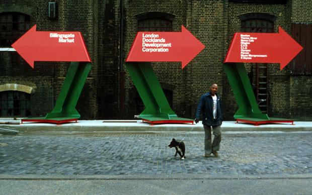La segnaletica realizzata dallo studio Pentagram ai Docklands londinesi