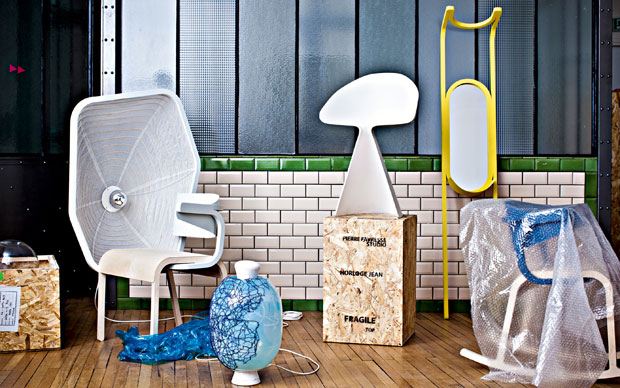 Da sinistra: Liseuse Perch Poltrona in multistrato ultraleggero affiancata a una lampada di carta giapponese. In attesa di trovare un editore