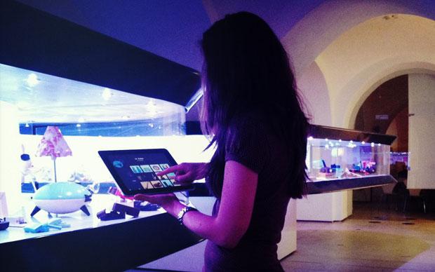 Tablet interattivi e una piccola mostra su oggetti in plastica del quotidiano per introdurre al tema