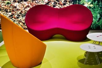 Forme organiche. Il due posti Kouch (da € 2.255) e la poltrona Ouch (da € 1.067) sono firmati da Karim Rashid. La struttura in espanso schiumato a freddo è rivestita in tessuto o pelle. Tavolini Twine Table