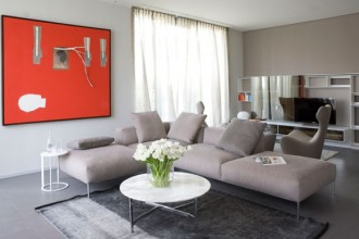 Una proposta d'arredo in stile contemporaneo per la camera da letto. Le ampie vetrate della stanza si aprono su un terrazzo circondato da piante