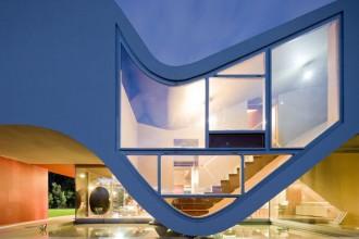 Le zone del living si trovano al pianterreno proiettate completamente sull'esterno grazie a grandi vetrate