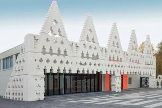La facciata dai motivi neogotici della Saint Lucas Art Academy di Boxtel