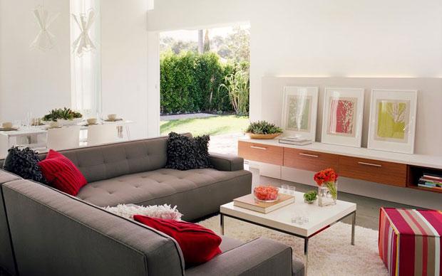 La zona living della casa occupa gran parte dell'open space al pianoterreno e sfrutta su una parete tutta l'altezza della casa