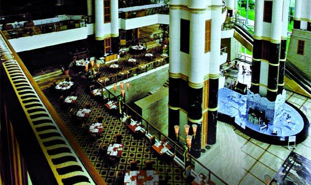 Marmi e oro per la vertiginosa hall dell'Hotel The Empire