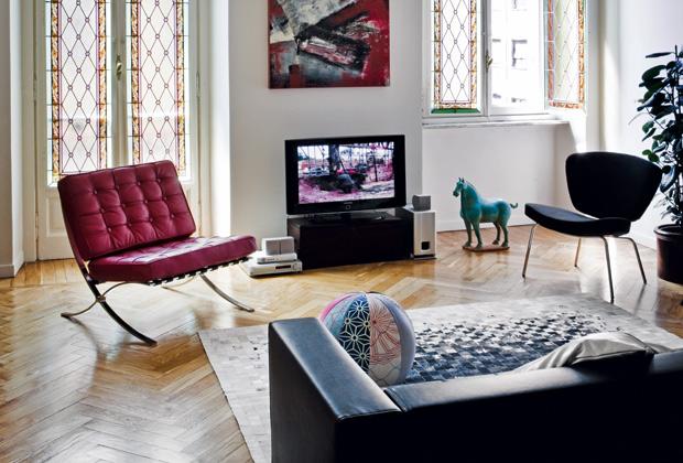 Divano in pelle nera Kilt sofa di Zanotta e Cavallo in terracotta cinese. A parete