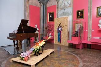 Una delle sale del museo con i modelli di Fender reinterpretati dagli artisti