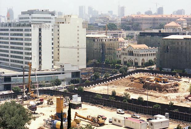 La celebre rovina del Beirut City Center: alle sue spalle svettano i minareti della moschea appena costruita
