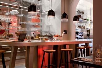 Il bancone che accoglie i clienti all'ingresso del ristorante
