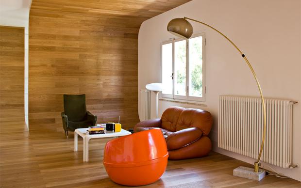Il nastro che organizza gli spazi. In primo piano il living. Foto di Simone Parri