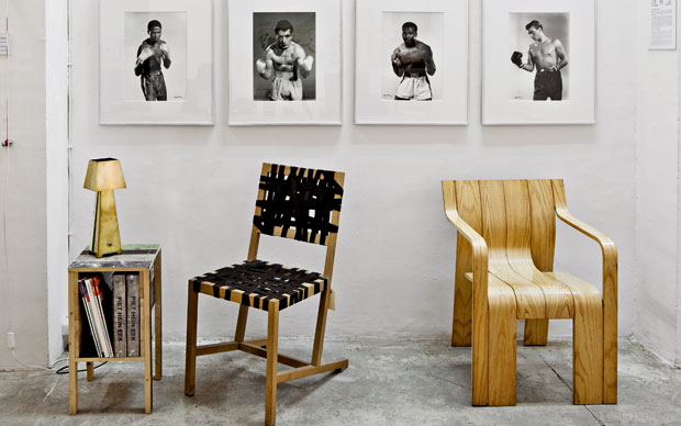 Sedute di Richard Hutten e Gijs Bakker. A parete