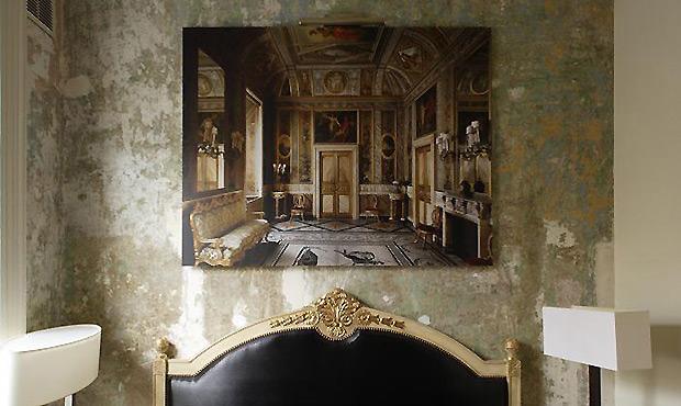 La stanza numero 1 parte da un prezzo di £155 a notte (pari a 177 euro). Sopra la testata dorata del letto in stile Luigi XVI
