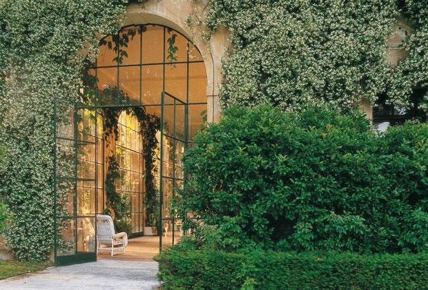 Russell Page fece crescere i cipressi in modo da formare un arco sul viale d'ingresso di Sa Torre Cega