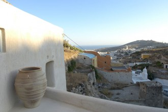 Dalla terrazza superiore si vede in lontananza il paese di Emporio
