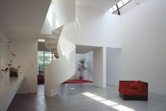 La sala principale della casa con la sua doppia altezza. la scala a chiocciola porta alla zona notte e al camminamento che si affaccia sulla sala stessa