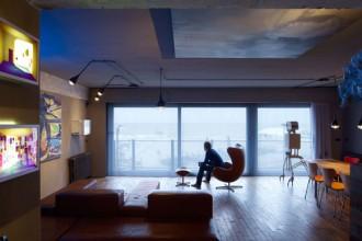 Il grande spazio del living che affaccia sul mare e sulla spiaggia davanti alla casa