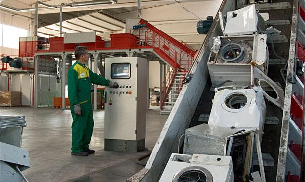 Lavatrici in un impianto di riciclo del consorzio ecodom