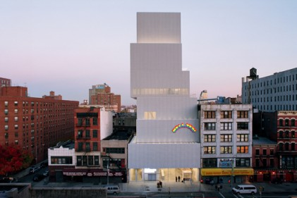 Scatole bianche assemblate le une sopra le altre. Così si presenta il New Museum di New York a chi percorra Bowery Street: una presenza senza tempo che nonostante la conclamata contemporaneità convive perfettamente nel paesaggio del Lower East Side di Manhattan