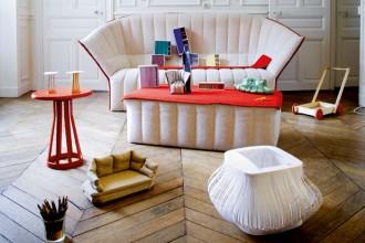 Sul divano Moël per Ligne Roset modellini degli armadi Souple per Moustache e del divano Chantilly per Edra. In primo piano