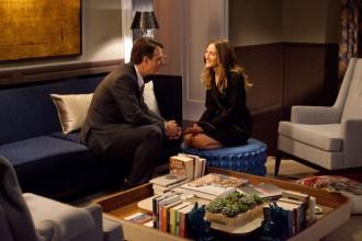 Toni caldi alle pareti e tende in tessuto floreale per il salotto della casa a New York di Big (Chris Noth) e Carrie (Sarah Jessica Parker) nel film Sex and the City 2