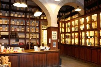 Lampade industriali e scaffali d'epoca arredano uno degli ambienti dello store originariamente adibito a fabbrica di profumi