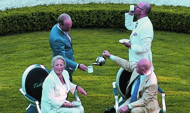 Un tè nel parco del Castello di Harkotten. Seduti sulle poltrone