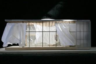 Il progetto Soft House di Sheila Kennedy e KVA MATx. La speciale tenda può essere posizionata sul soffitto della casa prefabbricata