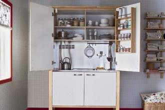 In betulla la minicucina Värde di Ikea (cm 140x69x208 h). Completa di elettrodomestici