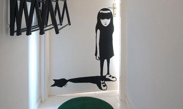 Sulla porta: Emily the Strange. Sul muro: attaccapanni a pantografo. A terra