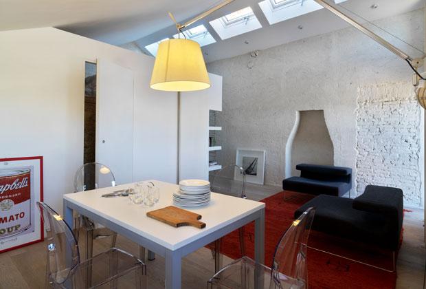 Il recupero del sottotetto e l'eliminazione delle divisioni tra gli spazi ha permesso di aumentare la luminosità dell'appartamento