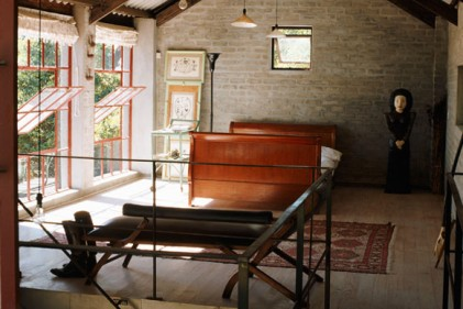 L'accogliente soggiorno della ex stalla ora trasformata in appartamento su due livelli. Molto suggestivo il camino in pietra