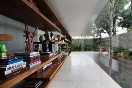 Dai libri agli oggetti: la lunga libreria in legno