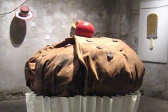 Installazione di Marina Calamai. Il titolo è: Il muffin che ti mangia