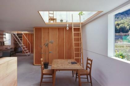 La casa vera e propria si sviluppa al livello più basso. Una serie di scale e di aperture collegano il living ai piani superiori