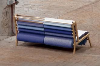 Il Canapé di Romboud Maris: 110 metri di lana tinta al naturale nei toni del blu e drappeggiata su una lineare struttura in ciliegio