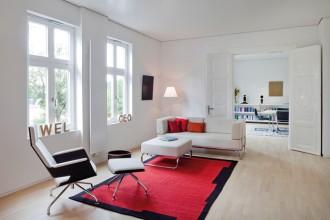 Lo showroom di Frankenberg. Il divano S 5000 diesgnato da James Irvine nel 2006 è la reinterpretazione di un modello già presente nella collezione Thonet dal 1930.  Legno