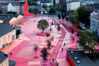 La piazza rossa; uno dei tre sistemi di spazi aperti che fanno parte del progetto Superkilen