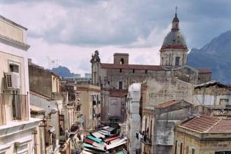La facciata di Palazzo Riso con l'opera dell'italo-americano Francesco Simeti