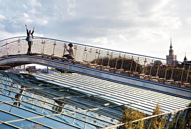 La copertura vetrata della Biblioteca universitaria disegnata da Badowski e Budzynski nel 2000. Sullo sfondo il Palazzo della Cultura e della Scienza