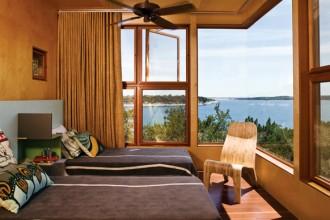 La stanza degli ospiti al secondo piano sfrutta tutta la luce con una finestra ad angolo panoramica. foto Art Gray