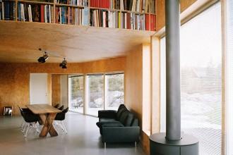 Le pareti del living sono rivestite in pannelli OSB